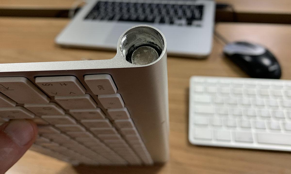 Как достать потекшие батарейки в клавиатуре Apple Wireless Keyboard