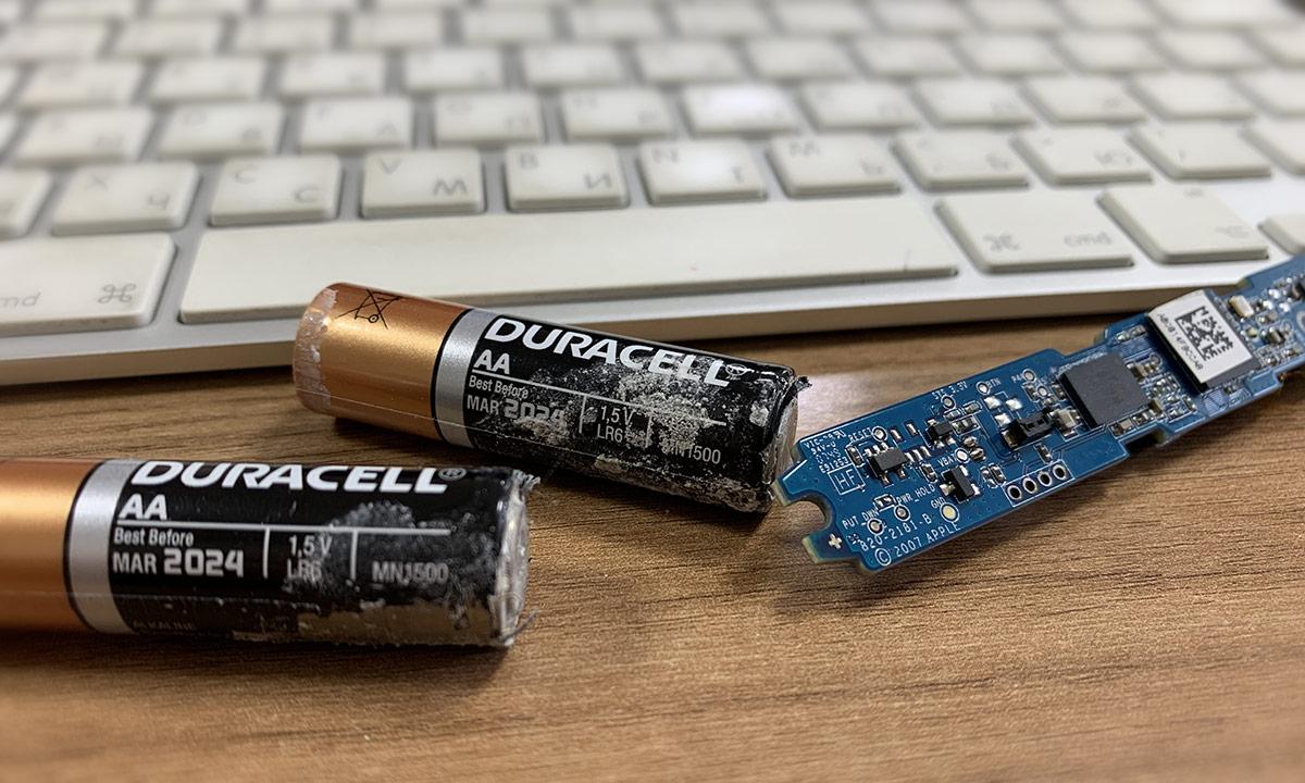 извлечение потекших батареек из клавиатуры Apple Wireless Keyboard