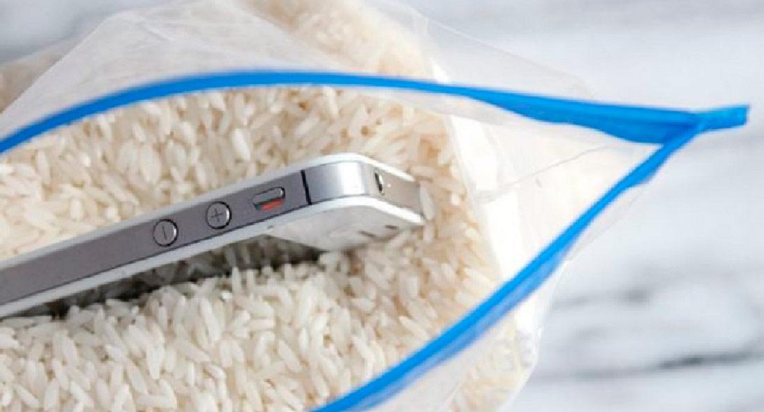 высушить телефон в рисе